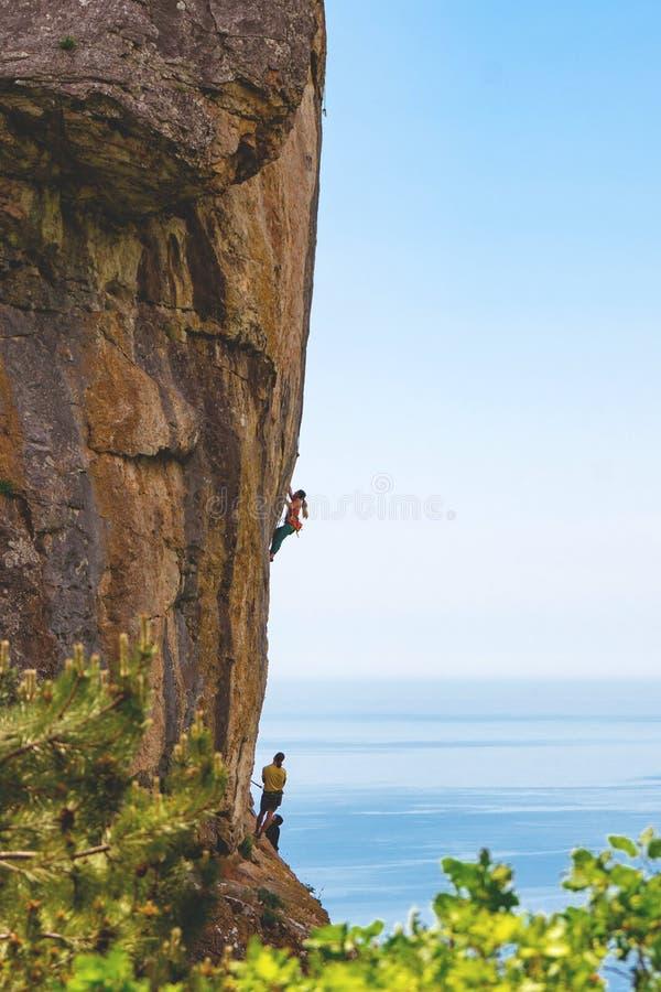 Mensen die rotsberg beklimmen stock foto's