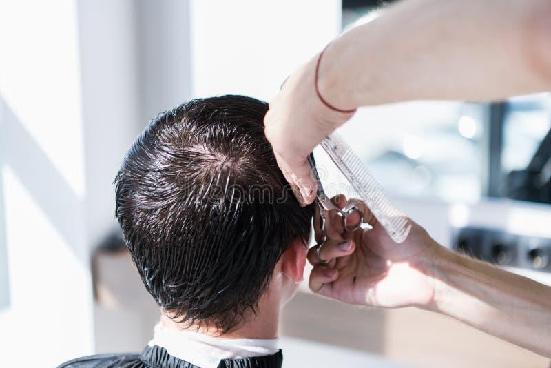 Mensen ` die s en in een van het kapperswinkel of haar salon hairstyling haircutting stock foto's