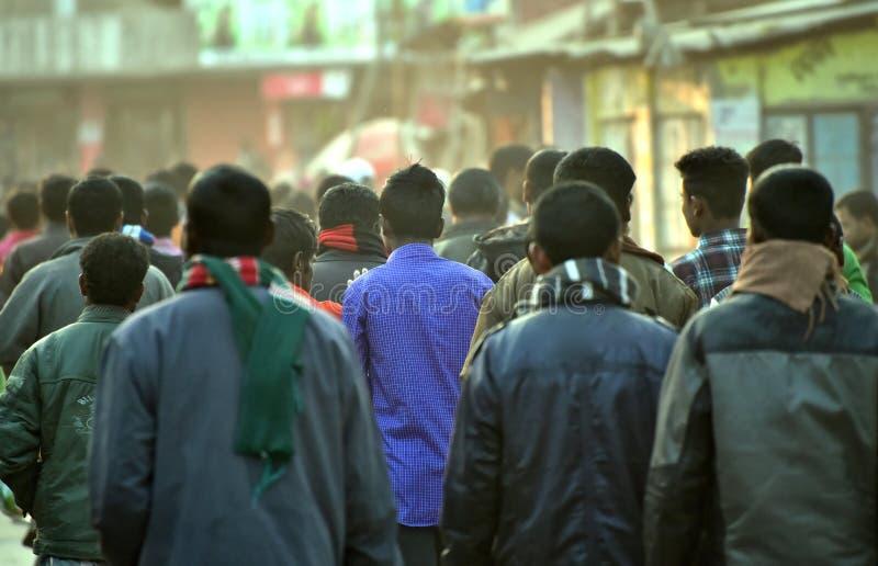 Mensen die samen op de straatfoto lopen stock afbeeldingen