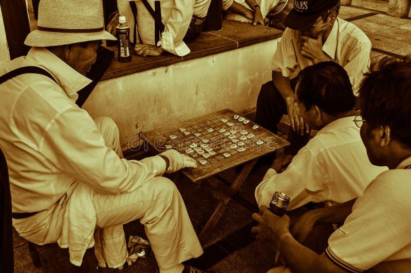 Mensen die Shogi, Japans Schaak spelen stock afbeeldingen