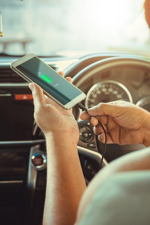 Mensen die slimme telefoons in de auto laden royalty-vrije stock foto