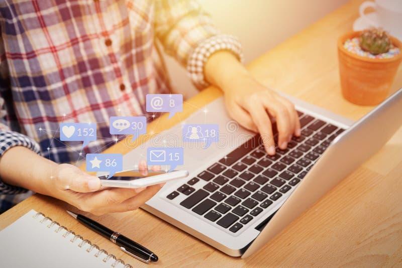 Mensen die smartphone voor sociale media interactie met berichtpictogrammen gebruiken van vriend in sociaal netwerk met gelijkaar stock foto