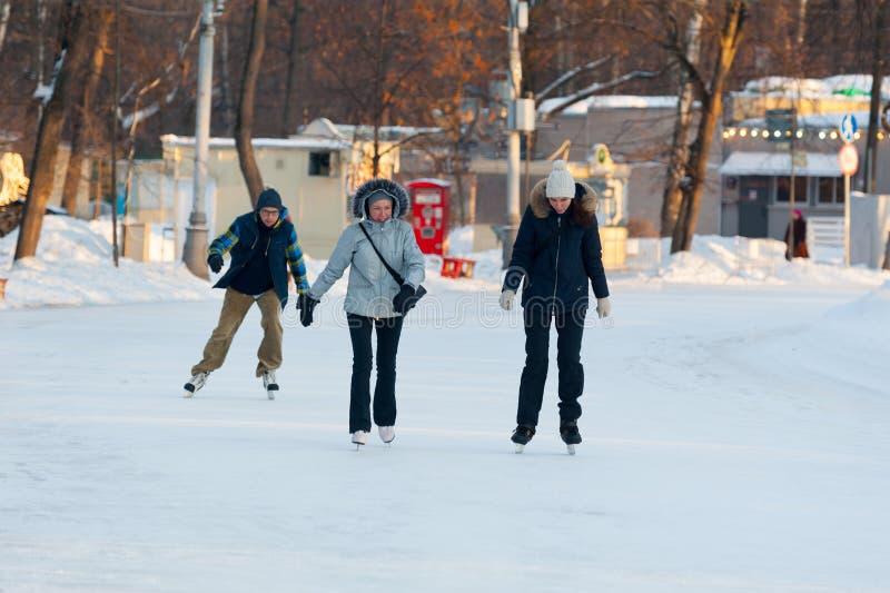 Mensen die in Sokolniki-Park 23 schaatsen 01 2019 stock foto