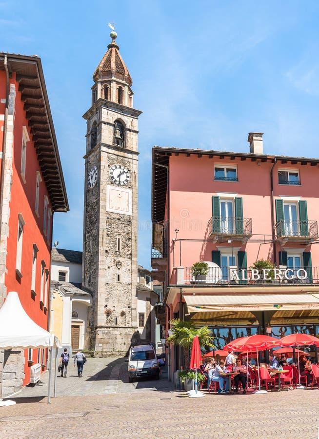 Mensen die Straat van Restaurant op beroemde meerpromenade genieten in Ascona, Zwitserland stock foto