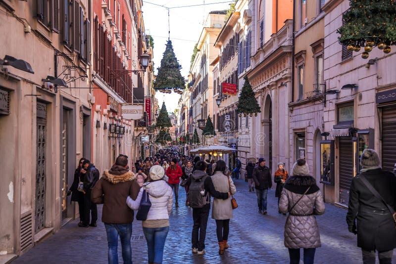 Mensen die in straten van Rome op Kerstmistijd lopen stock afbeelding