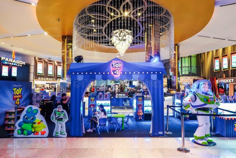 mensen die Stuk speelgoed verhaal 4 bijwonen tentoonstellingscabine in winkelcomplex Gebeurtenis van de film de promotiereclame,  royalty-vrije stock afbeeldingen