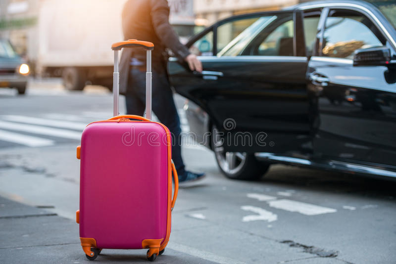 Mensen die taxi van een luchthaven nemen en dragen-op bagagezak aan de auto laden royalty-vrije stock foto