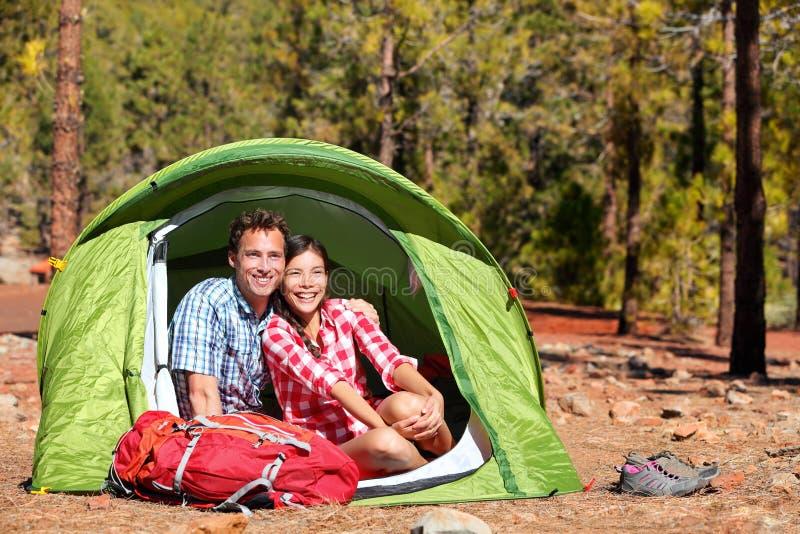 Mensen die in tent kamperen - gelukkig backpacking paar royalty-vrije stock foto