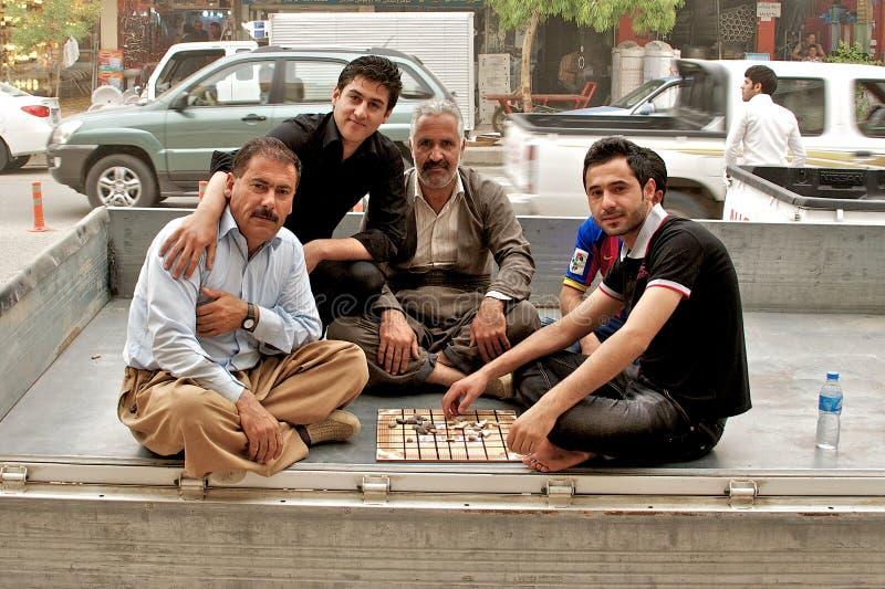 Mensen die traditioneel raadsspel, Arbil, Autonoom Koerdistan, Irak spelen stock foto's
