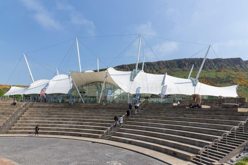 Mensen die treden van de Dynamische Aarde van het wetenschapsmuseum in Edinburgh beklimmen stock afbeeldingen