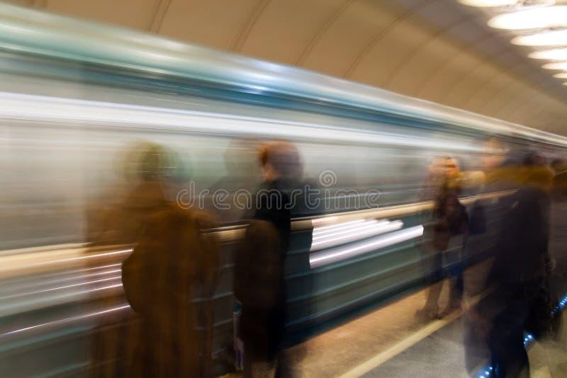Mensen die trein in metro wachten stock foto