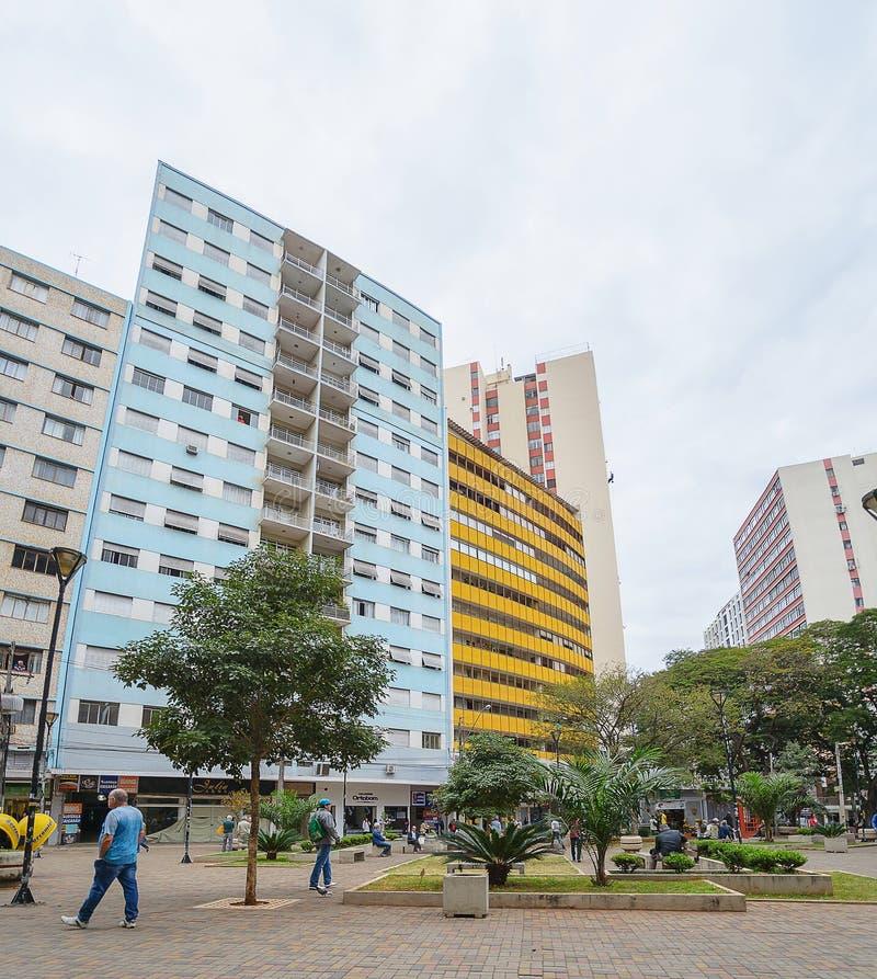Mensen die tussen de winkels van de binnenstad in Londrina lopen stock fotografie