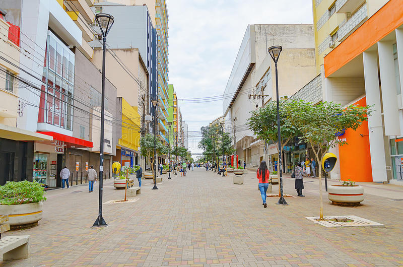 Mensen die tussen de winkels van de binnenstad in Londrina lopen stock foto