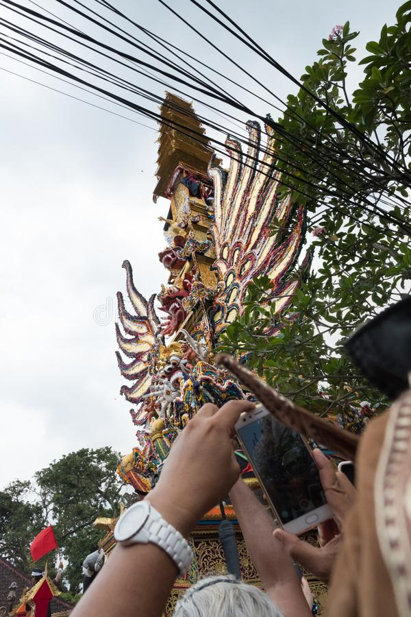 Mensen die in Ubud, Bali de toren van de Koningshuiscrematie de vangen boden aangezien het aan de tempel 2de Maart 2018 wordt ged royalty-vrije stock afbeelding