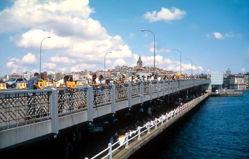 Mensen die van de Galata-Brug Istanboel Turkije vissen royalty-vrije stock fotografie