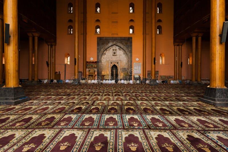 Mensen die van de Zaal van het Gebed van de Moskee van Srinagar de HoofdH bidden royalty-vrije stock afbeeldingen