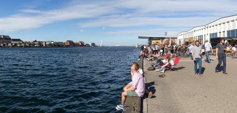 Mensen die van de zomer in Kopenhagen genieten royalty-vrije stock afbeeldingen
