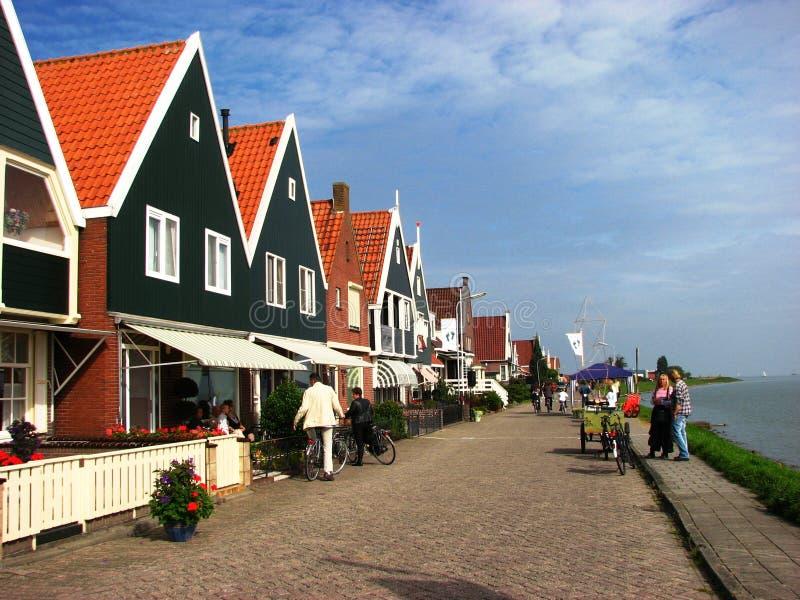 Mensen die van een aardige de zomerdag, Volendam genieten stock foto