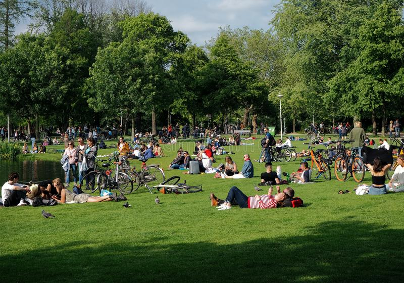 Mensen die van een zonnige dag in Vondelpark genieten royalty-vrije stock afbeelding
