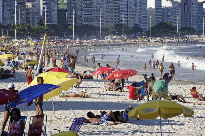 Mensen die van het Copacabana-strand in Rio de Janeiro Brazil genieten stock afbeeldingen
