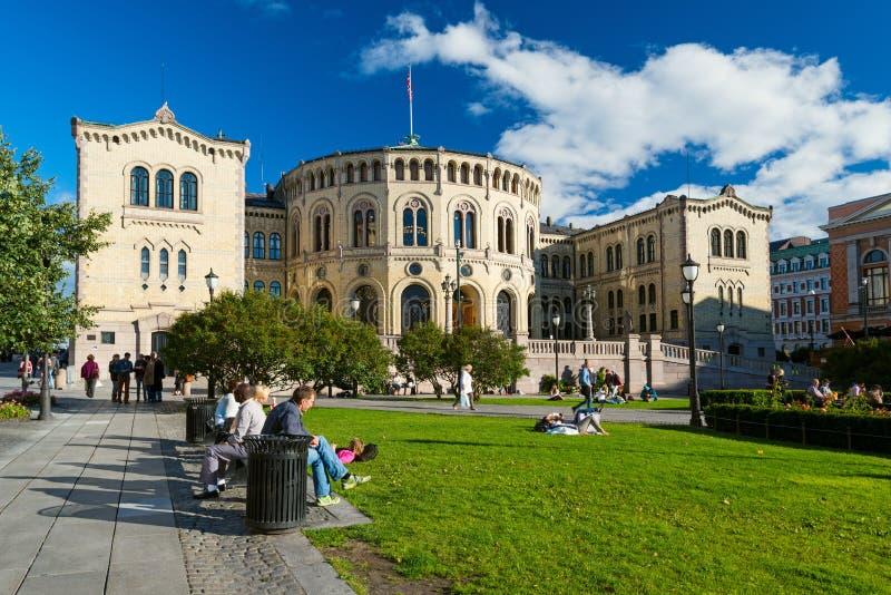 Mensen die van het leven genieten dichtbij Stortinget bij de zomer royalty-vrije stock afbeelding