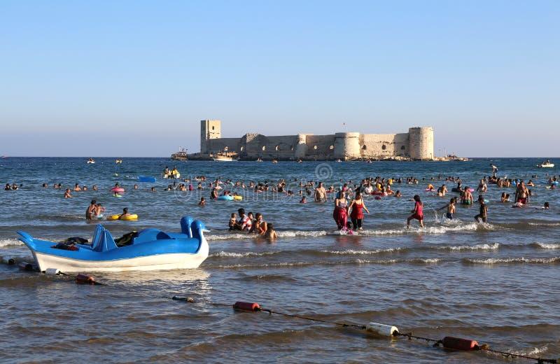 Mensen die van overzees genieten bij Kizkalesi-Strand royalty-vrije stock foto's