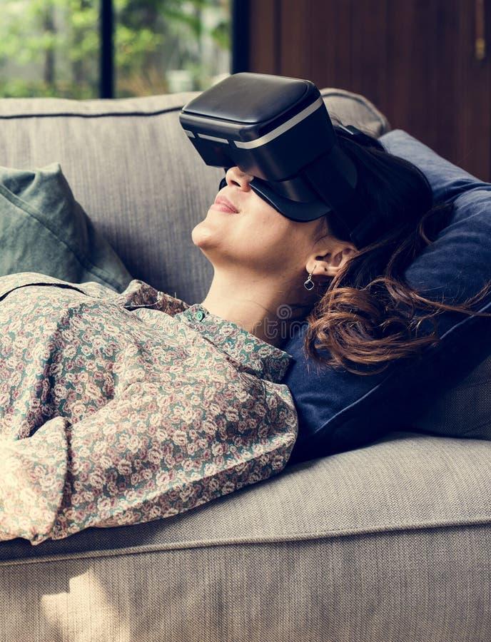Mensen die van virtuele werkelijkheidsbeschermende brillen genieten royalty-vrije stock afbeelding