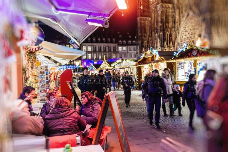 Mensen die van vreedzaam voedsel genieten bij de koffie van de Kerstmismarkt royalty-vrije stock foto
