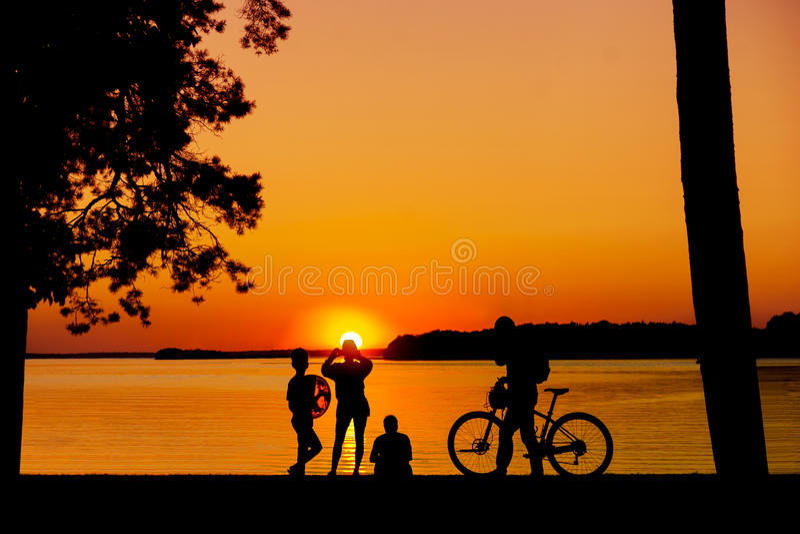 Mensen die van zonsondergang genieten royalty-vrije stock foto