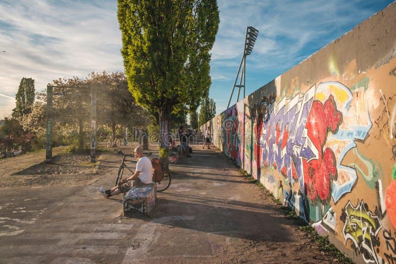 Mensen die van zonsondergang, openlucht in openbaar park Mauerpark op de zomerdag genieten in Berlijn stock afbeelding