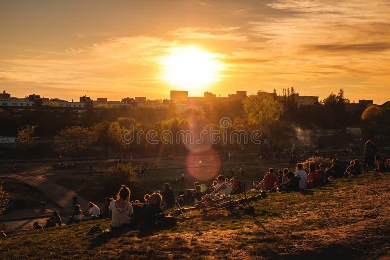 Mensen die van zonsondergang, openlucht in openbaar park Mauerpark op de zomerdag genieten in Berlijn royalty-vrije stock foto