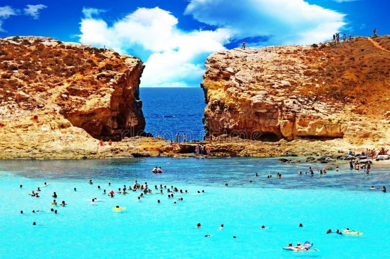 Mensen die in verbazende turkooise blauwe overzees baden stock foto
