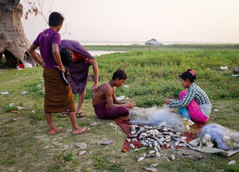 Mensen die vissen in Mandalay, Myanmar verkopen royalty-vrije stock foto