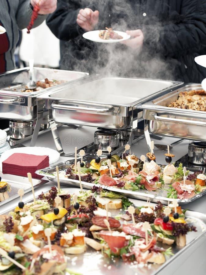 Mensen die voedsel kiezen van buffet stock afbeeldingen
