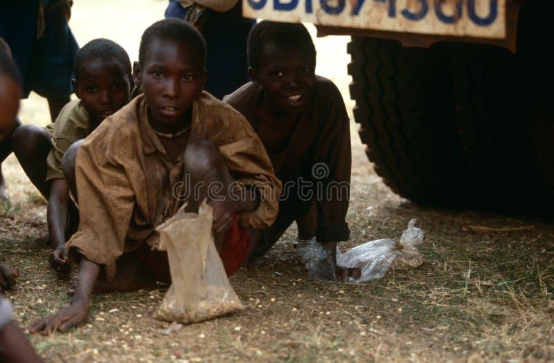Mensen die voedselhulp in Burundi ontvangen. stock foto