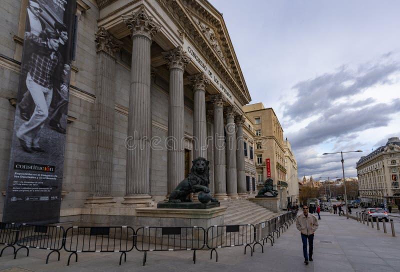 Mensen die voor het Spaanse Parlement lopen stock afbeelding