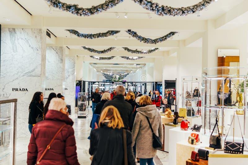 Mensen die voor Manierproducten winkelen in Stad de Van de binnenstad van Luxueuze Wandelgalerijamsterdam stock afbeeldingen
