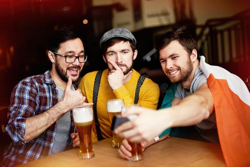 Mensen die voor Selfie-Schot voor de gek houden stock foto's