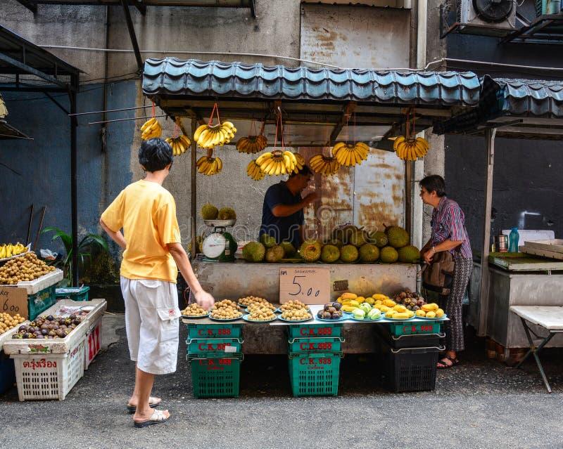 Mensen die vruchten verkopen bij Chinatown in Kuala Lumpur, Maleisië stock foto