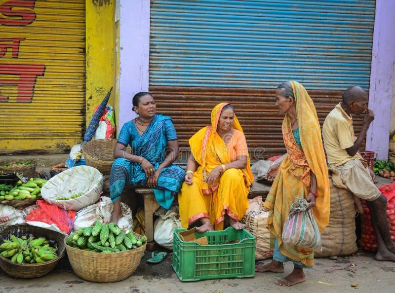 Mensen die vruchten verkopen bij lokale markt in Gaya, India royalty-vrije stock fotografie
