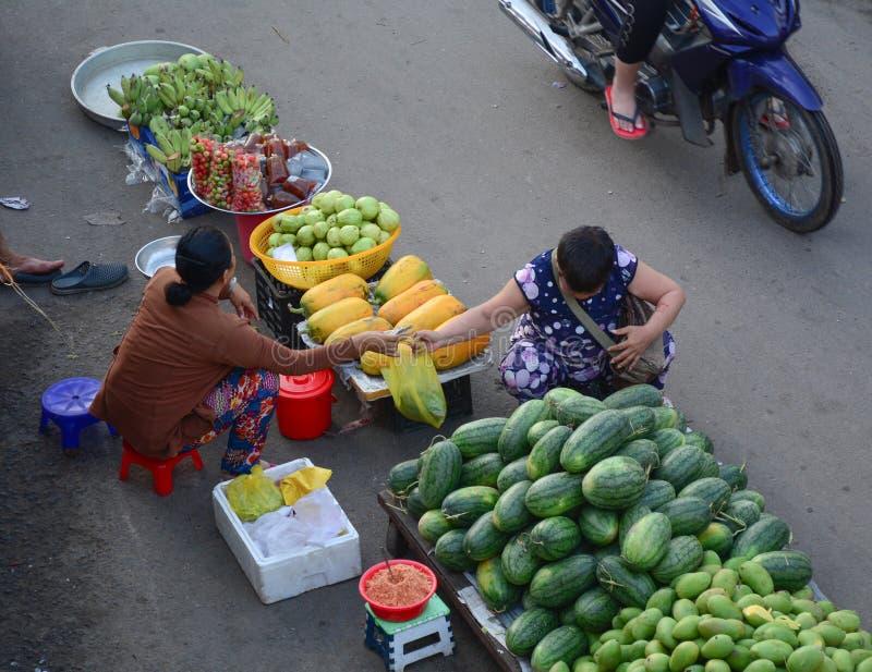 Mensen die vruchten verkopen bij markt in Phu Quoc, Vietnam stock foto