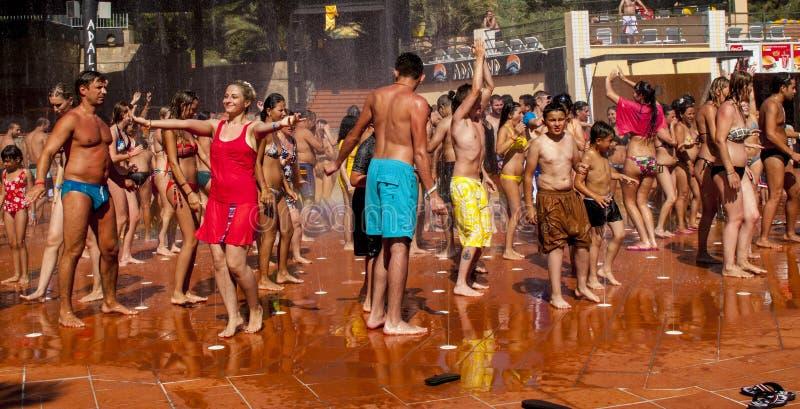 Mensen die in waterfontein dansen stock foto's