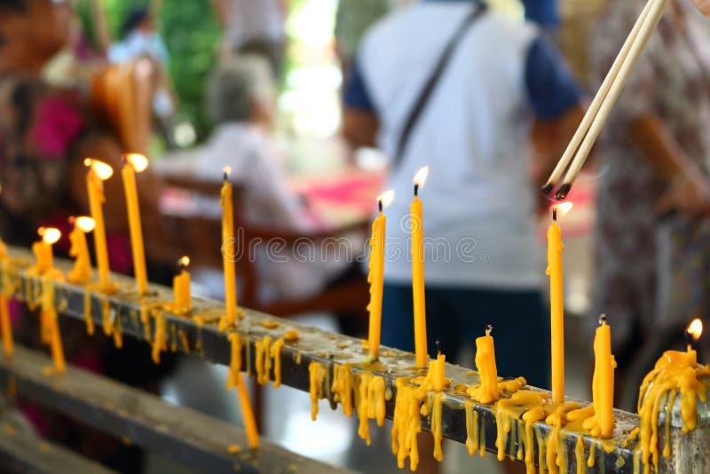 Mensen die wierook in boeddhisme aansteken te bidden stock foto