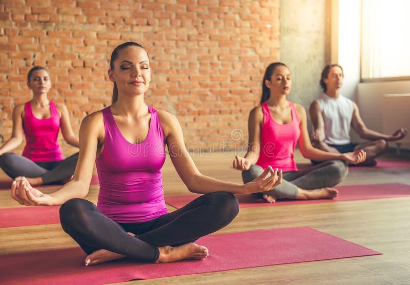 Mensen die Yoga doen stock foto