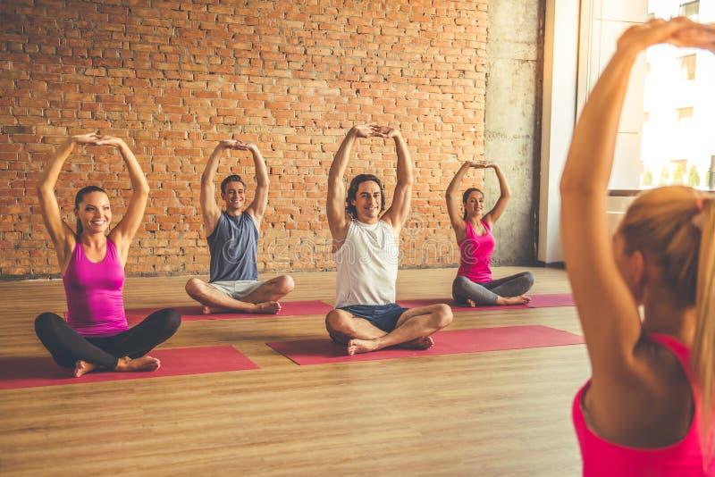 Mensen die Yoga doen stock foto's
