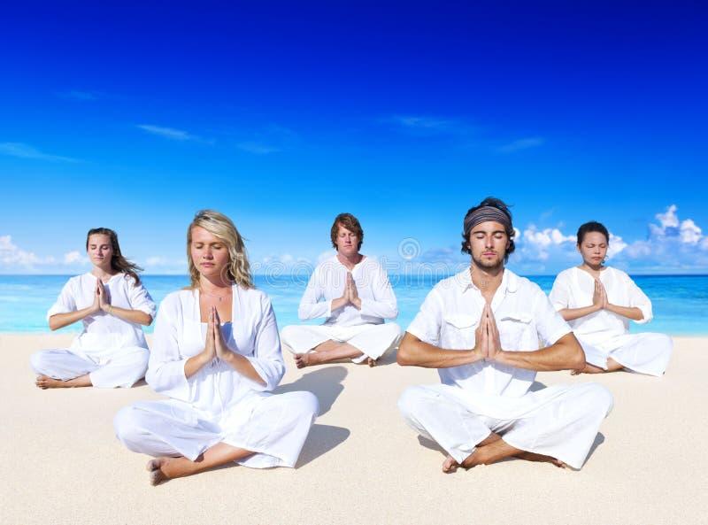 Mensen die yoga op het strand uitvoeren royalty-vrije stock foto's