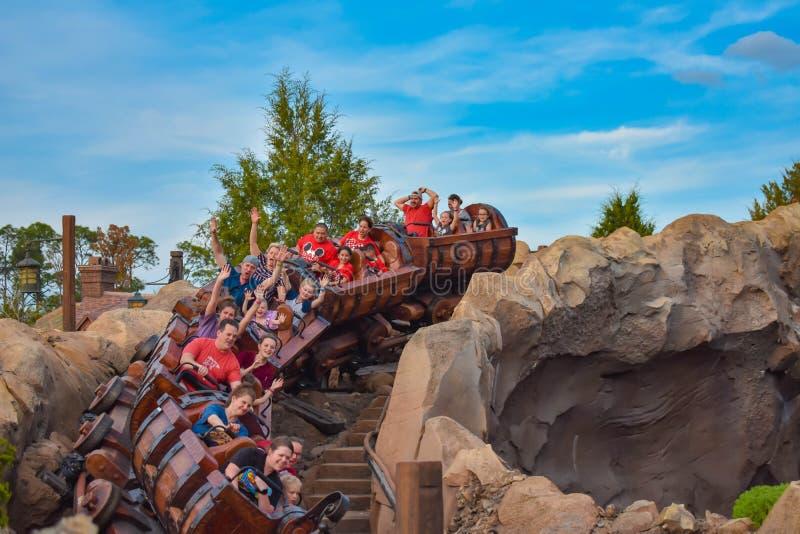 Mensen die Zeven van dwergmijntrein in Magisch Koninkrijk genieten in Walt Disney World 4 royalty-vrije stock foto's