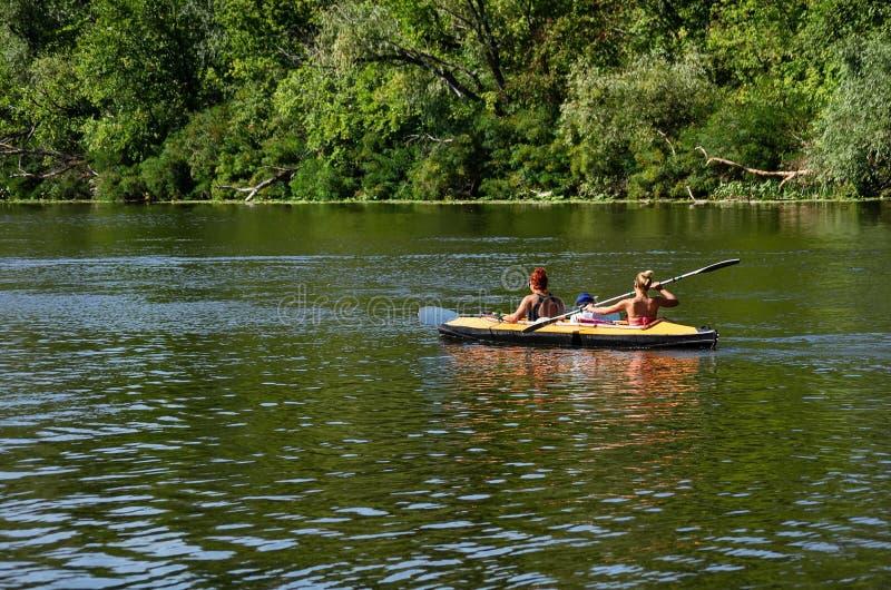 Mensen die zich aan rivier het kayaking bewegen stock afbeeldingen