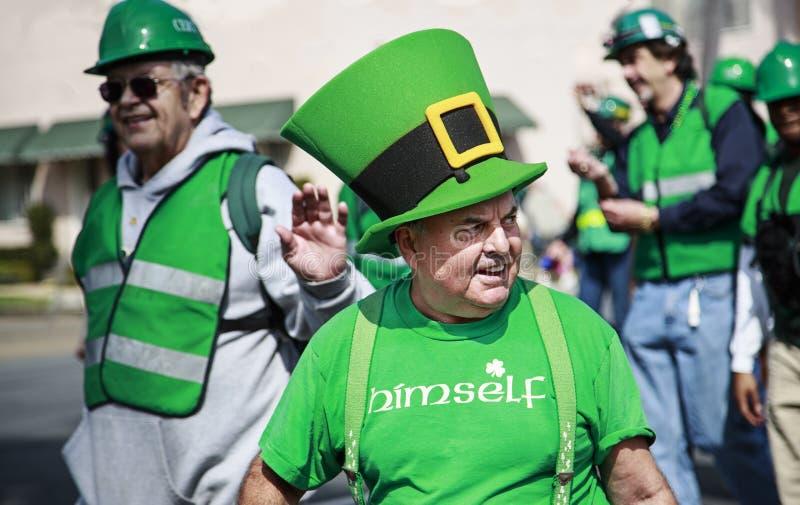 Mensen die zich omhoog bij St. Patrick Dagparade kleden royalty-vrije stock foto