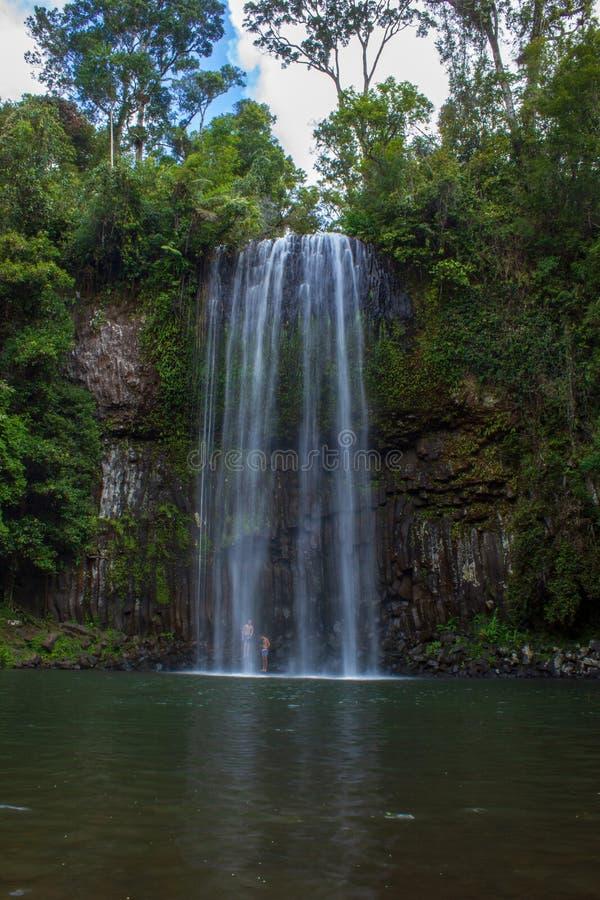 mensen die zich onder de dalingen van millamilla bevinden en een douche, Queensland, Australië nemen royalty-vrije stock foto's